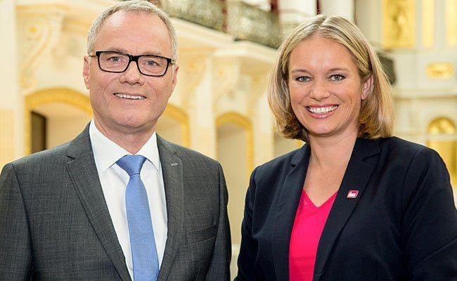 """Am Montag, 5. Oktober 2015, senden der ORF und Puls 4 die von Paul Tesarek (l.) und Corinna Milborn moderierte """"Elefantenrunde"""""""