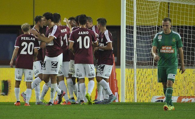 (v.l.), Mattersburger Spieler jubeln nach einem Tor im Spiel zwischen SK Rapid Wien und SV Mattersburg