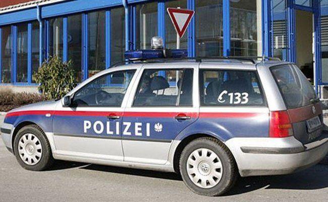 Der Täter ist mit dem Bargeld auf der Flucht, die Polizei fahndet.