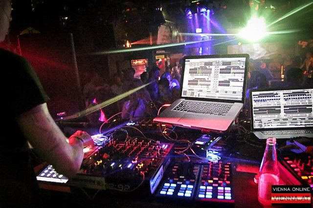 Ein Aufgebot internationaler Top-DJs erwartet einen im Camera Club
