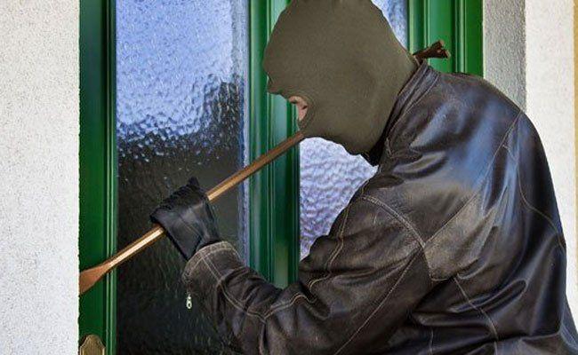 Der Einbrecher wollte über den Balkon einsteigen.