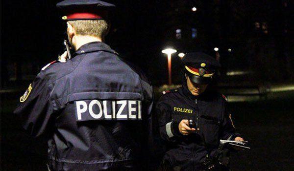 Die Polizei suchte den Einbrecher in der Nacht.