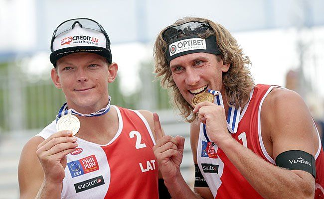 vlnr.: Janis Smedins und Aleksandrs Samoilovs (LAT) jubeln am Sonntag über EM-Gold