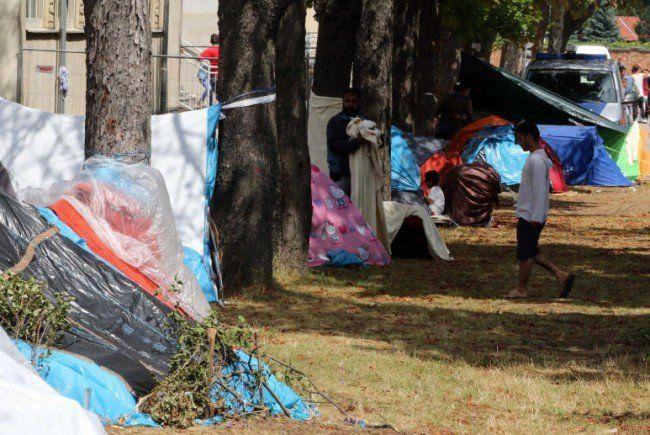 Während Bund und Länder weiter uneinig sind, schlafen hunderte Flüchtlinge weiter in Zelten.