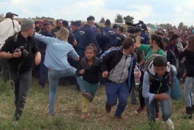 Petra László trat auf Flüchtlinge an der ungarisch-serbischen Grenze ein.