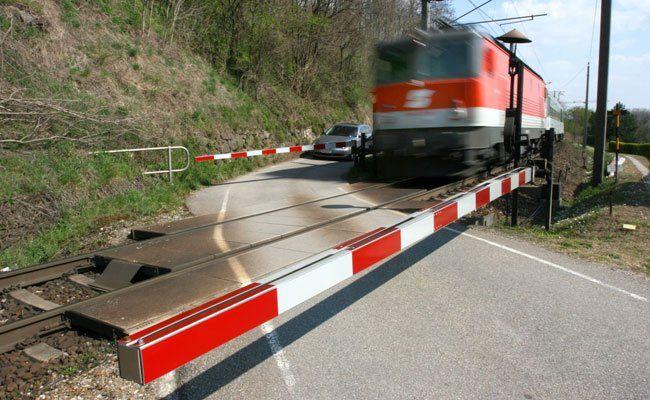 Ein Pkw wurde von einer S-Bahn erfasst.