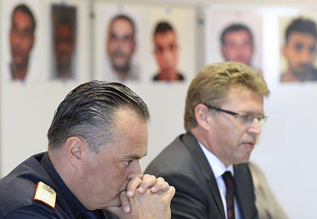 Der burgenländische Landespolizeidirektor Hans Peter Doskozil (L.) und der Leiter der Staatsanwaltschaft Eisenstadt, Johann Fuchs, bei dem Pressetermin