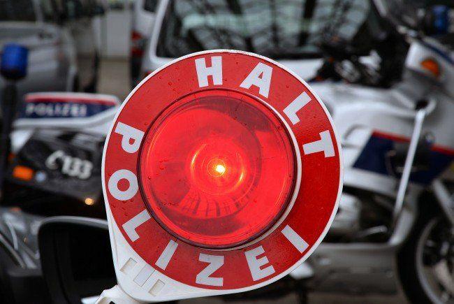Kinder und Polizei wollen für mehr Sicherheitsbewusstsein bei den Autofahrern sorgen.