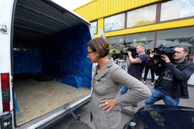 Johanna Mikl-Leitner inspiziert den Klein-LKW.