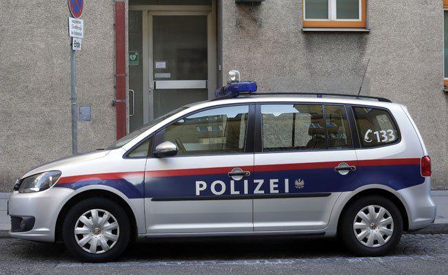 Polizeibeamte reanimierten mittels Defibrillator einen Mann.