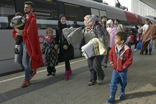 LIVE-Ticker zu den Geschehnissen: Flüchtlinge gehen zu Fuß von Ungarn nach Österreich.