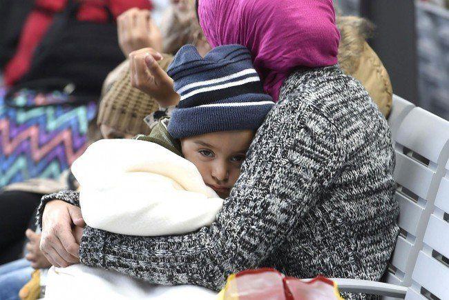Erschöpfte Flüchtlinge am Wiener Hauptbahnhof.