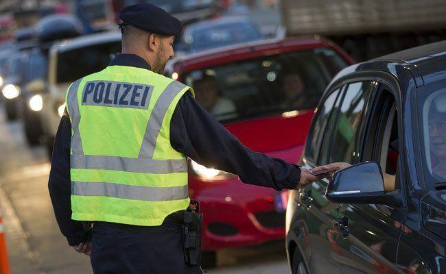 Österreichische Polizisten schnappen Schlepperring