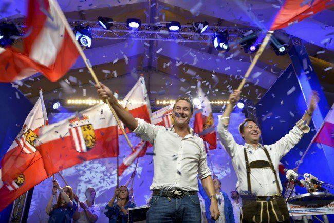 H.C. Strache und Spitzenkandidat Haimbuchner beim Wahlkampffinale der FPÖ in OÖ.