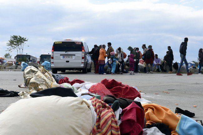 Flüchtlinge wurden mit Privatfahrzeugen nach Wien gebracht.