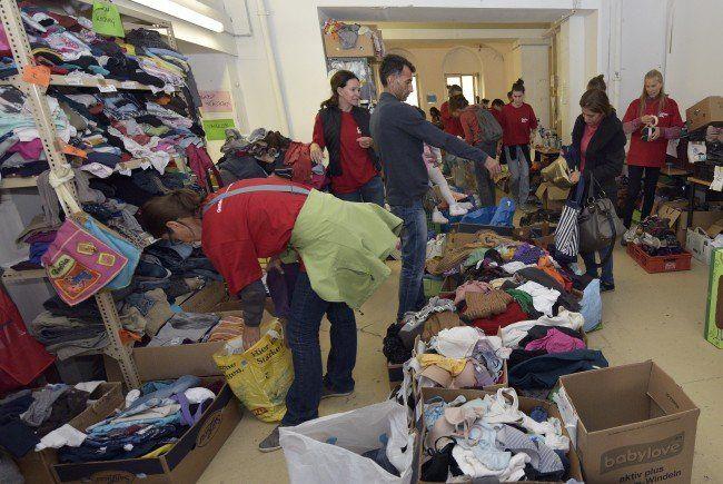 Flüchtlinge werden am Wiener Westbahnhof auch von Freiwilligen versorgt.