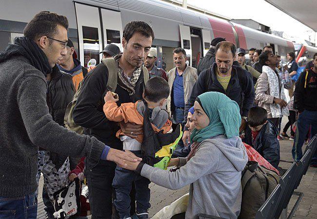 : Flüchtlinge bei der Ankunft aus Ungarn am Sonntag am Wiener Westbahnhof