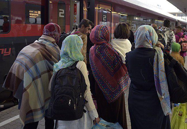 Flüchtlinge bei der Abfahrt nach Deutschland am Wiener Westbahnhof
