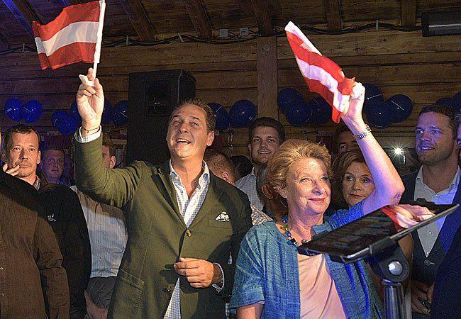 """(v.l.), FPÖ Spitzenkanditat zur Wien-Wahl Heinz-Christian Strache und Ursula Stenzel bei der Präsentation der FPÖ-Wahlkampfhymne """"Immer wieder Österreich - Bleib mei Heimat du mei Wien"""""""