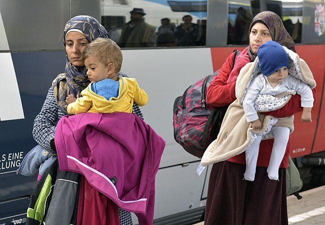 Flüchtlingsfrauen mit Babys bei der Ankunft aus Ungarn am Wiener Westbahnhof