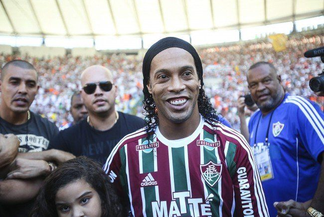 Ronaldinho zieht die Fluminense-Dress schon wieder aus.