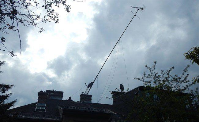 Der Mast wog 500 Kilo - und neigte sich schon alarmierend.
