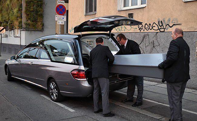Beim Abtransport der Leiche in Wien-Margareten.