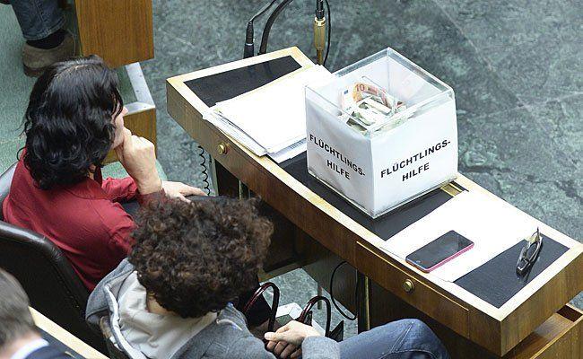 """Spendenbox für Flüchtlinge nach einer Dringlichen Anfrage der FPÖ zum Thema """"Österreich im Ausnahmezustand - sichere Grenzen statt Asylchaos"""" im Rahmen einer Sondersitzung des Nationalrates am Donnerstag"""