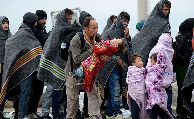 Flüchtlinge am Parkplatz des alten Grenzstation in Nickelsdorf an der ungarischen Grenze am Freitag