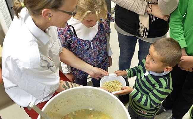 Essensausgabe in einer Flüchtlingsunterkunft im Pflegewohnhaus Baumgarten in Wien