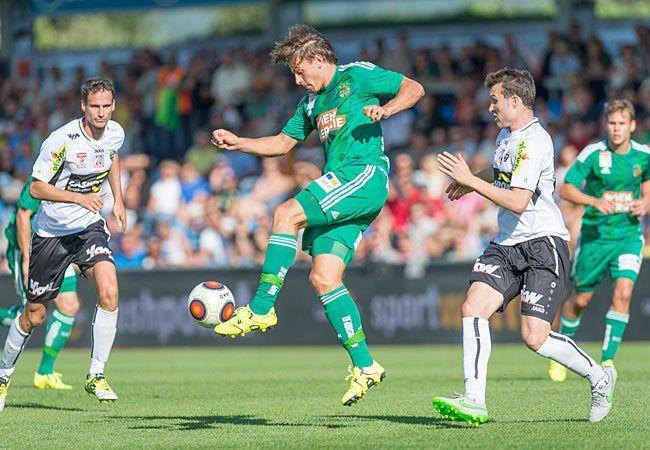 Stefan Schwab (Rapid) gegen Emanuel Schreiner beim Spiel von SCR Altach und SK Rapid Wien