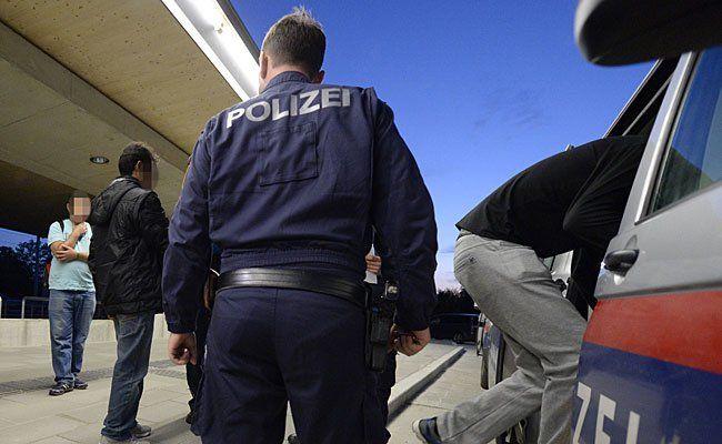 Die Polizei hielt zwei Schlepper-Fahrzeuge in Leopoldstadt an