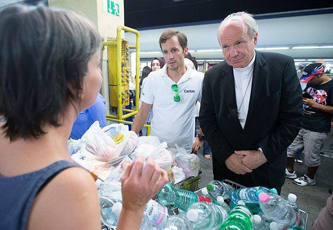 Klaus Schwertner (L), Generalsekretär der Caritas Wien, und Kardinal Christoph Schönborn am Westbahnhof