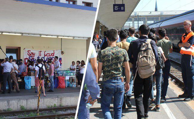 Die ankommenden Flüchtlinge werden von zahlreichen Helfern begrüßt und mit Wasser versorgt.