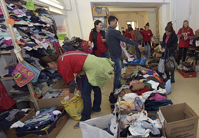 Freiwillige Helfer in Spendensammelstelle für Flüchtlinge der Caritas am Wiener Westbahnhof