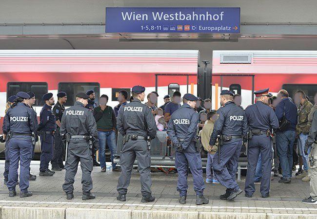 Flüchtlinge und Polizeibeamte auf dem Bahnsteig am Wiener Westbahnhof