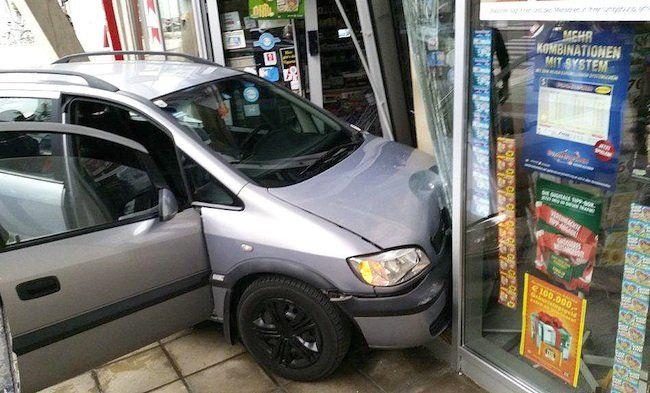Das Auto war in die Trafikauslage gekracht