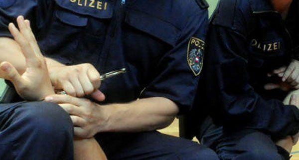 Die Polizei konnte den bereits am Boden fixierten Räuber direkt festnehmen