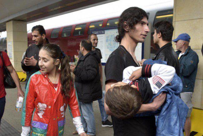Busse mit Flüchtlingen erreichen den Wiener Westbahnhof.