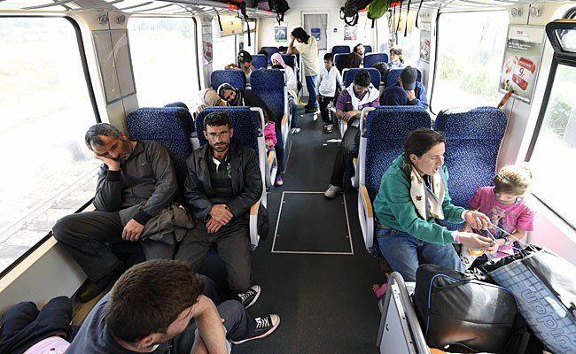 Flüchtlinge aus Ungarn fahren mit der Bahn nach Wien