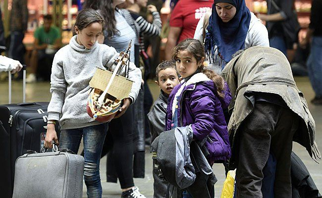 Eine Flüchtlingsfamilie am Wiener Hauptbahnhof
