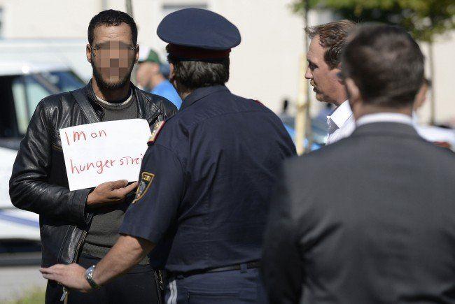 Die Flüchtlinge demonstrieren gegen die Schließung der Grenzlücken.