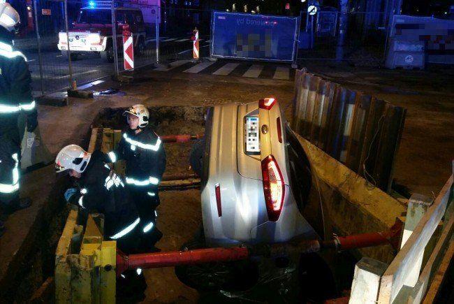 Die Feuerwehr musste das Fahrzeug bergen.