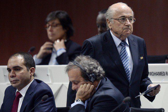 Michel Platini (m.) und Joseph Blatter (r.) haben nichts zu lachen.