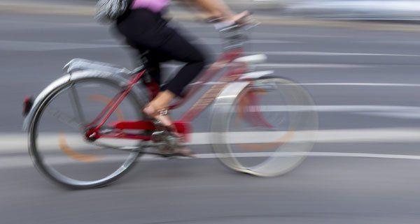 Ein Radfahrer und ein Fußgänger wurden bei dem Sturz leicht verletzt.