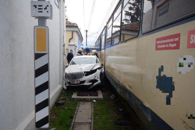 Das eingeklemmte Taxi in Wien-Liesing.