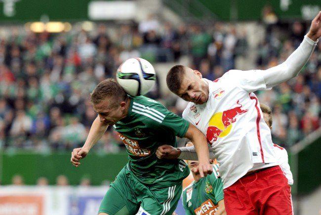 Christopher Dibon (l.) und Kollegen ärgern sich über die Niederlage gegen Salzburg.