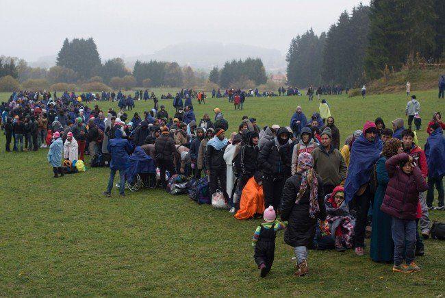 Flüchtlinge warten an der deutsch-österreichischen Grenze.