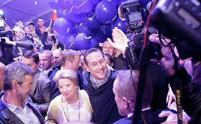 Im FPÖ-Zelt wurde bei der Wien-Wahl gefeiert - Nina Horaczek vom Falter durfte nicht hinein