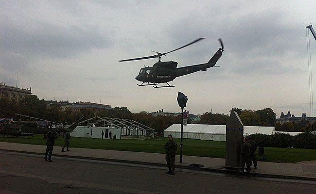 Die Hubschrauber nahmen Kurs auf den Heldenplatz